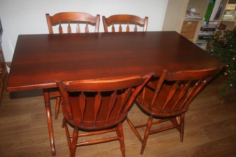 houten tafel en 4 stoelen marktplein | Achterhoek Nieuws