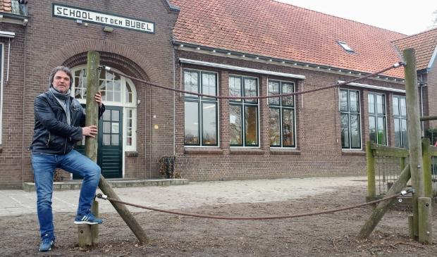 Herman Vrielink ten tijde van zijn 40-jarig jubileum in 2017 op het plein van 'zijn' school in Bekveld. Nu gaat hij met pensioen. Archieffoto: Luuk Stam  © Achterhoek Nieuws b.v.