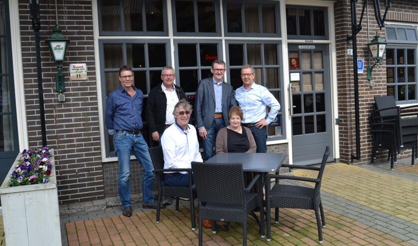 Zittend: Joop en Ans Oosterholt, staand van links af: Jan van de Wolfshaar, Joop Ikink, Werner Hegeman, Jos Tanck. Foto: Karin Stronks