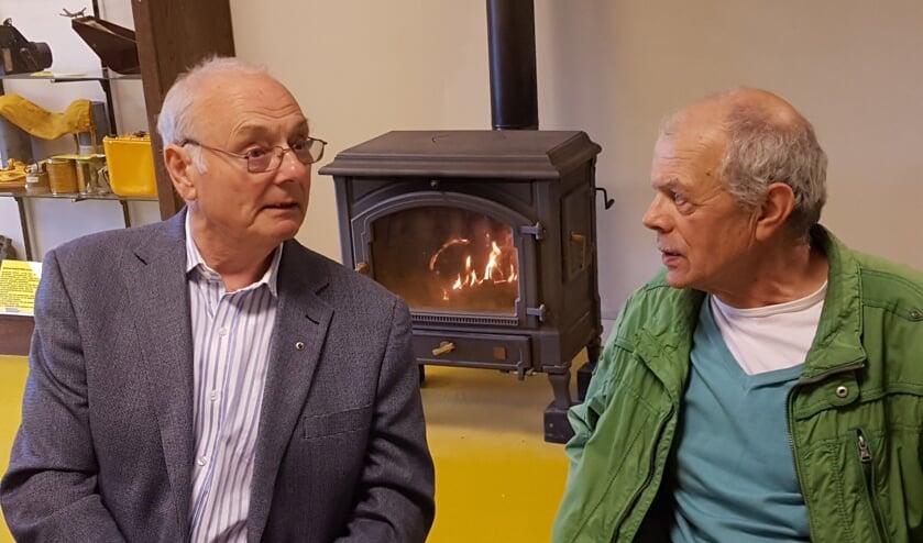 <p>Ian Baker (l) praat bij met Jan Geerdinck van het Crashmuseum in Lievelde. Foto: Kyra Broshuis/archief Achterhoek Nieuws</p>