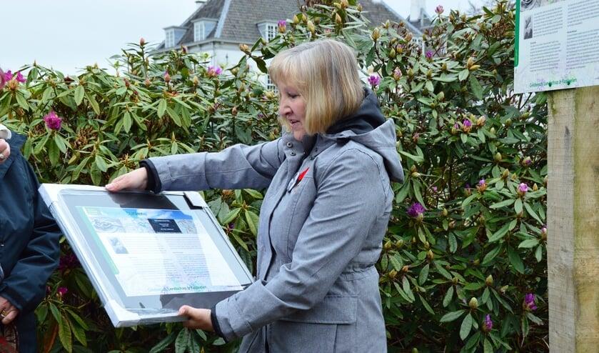 Veronica O'Brien Morgan onthulde het informatiebord bij de bunker. Foto: Alize Hillebrink