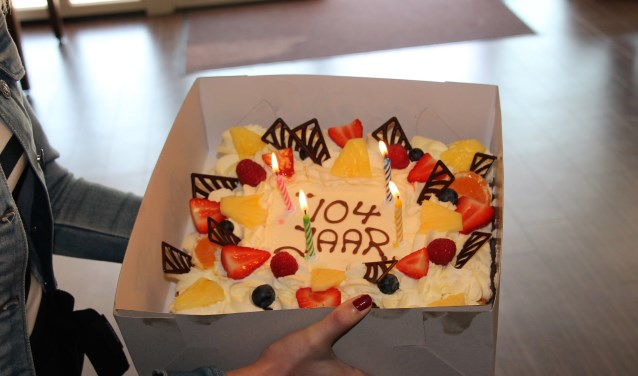 De prachtige taart, aangeboden door bakker Michel Nales. Foto: Lydia ter Welle  © Achterhoek Nieuws b.v.