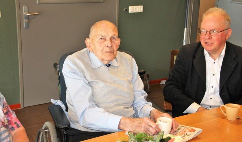 De 103-jarig heer Grimmelt met een neef, die samen met zijn vrouw speciaal was overgekomen uit Amsterdam om aanwezig te zijn bij de overhandiging van de taart. Foto: Lydia ter Welle