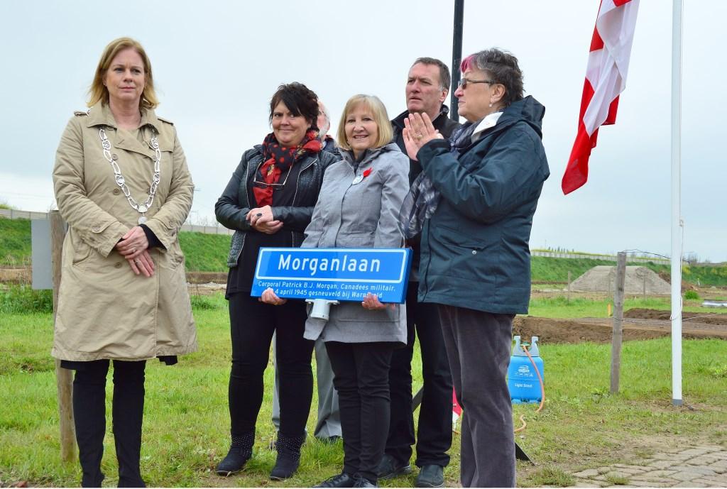 Burgemeester Vermeulen overhandigt Veronica Morgan een tweede straatnaambord als aandenken. Foto: Alize Hillebrink Foto: Alize Hillebrink © Achterhoek Nieuws b.v.