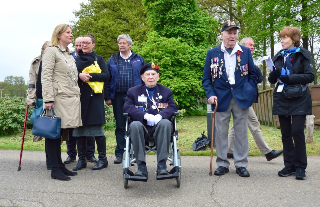 Burgemeester Annemieke Vermeulen met de twee laatste Canadese veteranen: Capitain John Maccoud (94) en Albert Suddert (93) uit Canada. Foto: Alize Hillebrink Foto: Alize Hillebrink © Achterhoek Nieuws b.v.