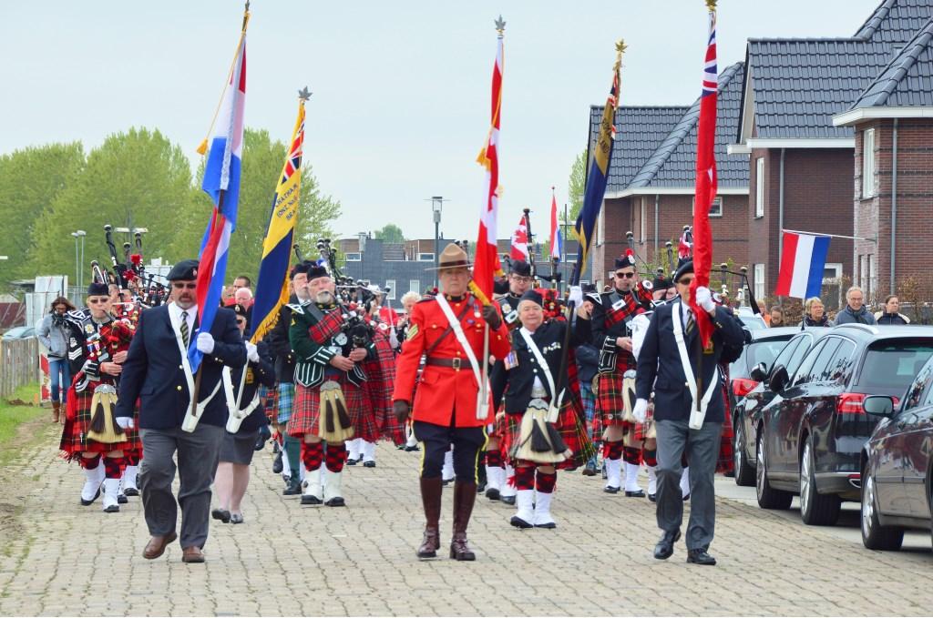 De Ontario Legion Pipe Band uit Markelo marcheert door de Morganlaan in Leesten Oost. Foto: Alize Hillebrink Foto: Alize Hillebrink © Achterhoek Nieuws b.v.