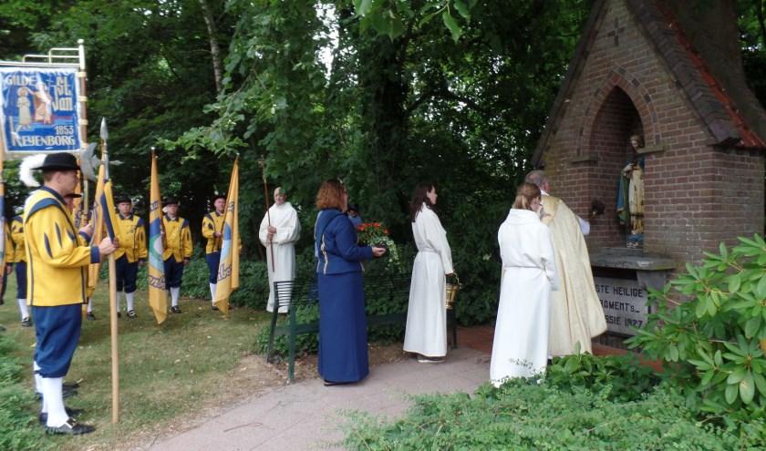Pastoor Scheve zegent het Mariakapelletje. Foto: PR