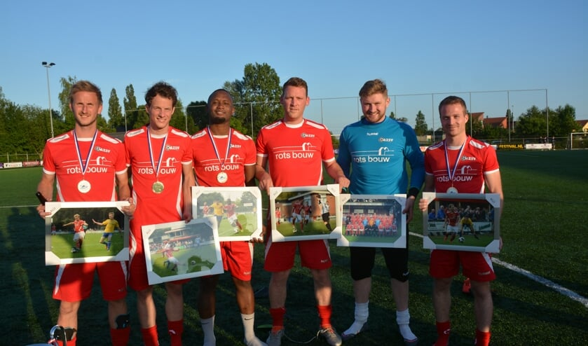De zes vertrekkende spelers van AZSV. Foto: Henri Weikamp