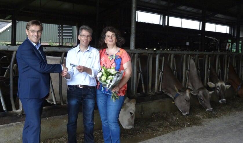Herman Vrielink overhandigt de prijs aan de familie Zents. Foto: PR