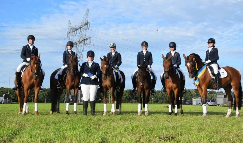 Pony zestal, klasse L, cat. D (v.l.n.r.) Niels Fransen, Kirsten Brinkman, Instructrice Richelle Kroesen, Fabiënne Berendsen, Michelle Berendsen, Vivian Schiphorst en Jasmijn Swennenhuis. Foto: PR