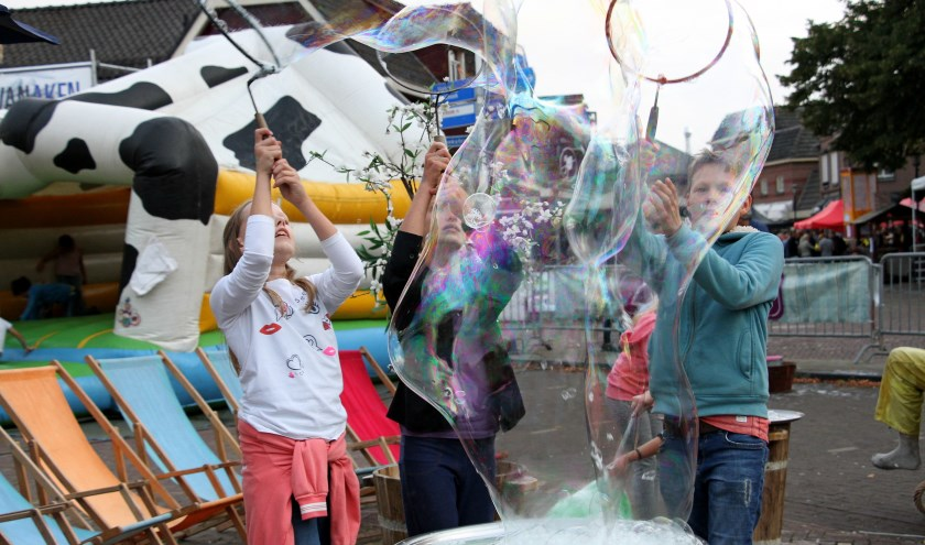 Kinderen vermaken zich tijdens Hengelo Draaft Door in de bellentuin. Foto: Liesbeth Spaansen