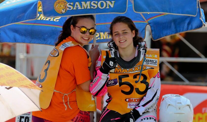 Van der Laan zusjes wachten voor de start. Foto: Bob Könst