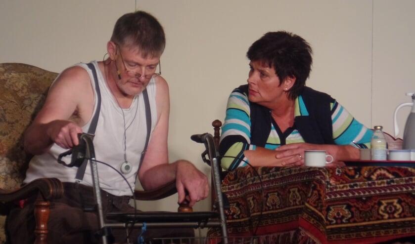 Hoofdrolspeler Mark Schoppers en Ria Ankersmit die voor het twintigste achtereenvolgende jaar voor Toneelgroep Veldhoek op de planken stond. Foto: Jan Hendriksen
