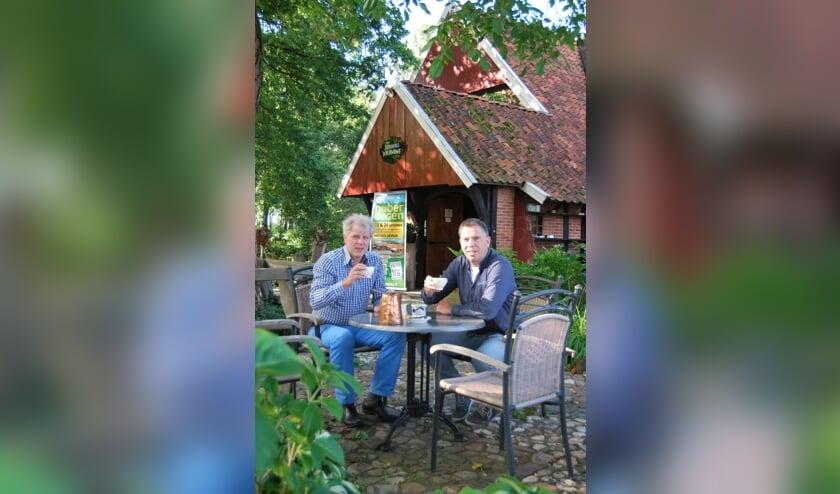 Links Ben Weenink, eigenaar Erve Kots en rechts Mark Oude Luttikhuis, bladmanager Naober magazine en eventmanager Naoberdagen. Foto: PR