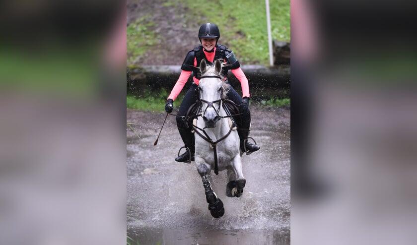 Ize Herwers met haar pony Bizarro Bonito. Foto: Evelien van Heuven