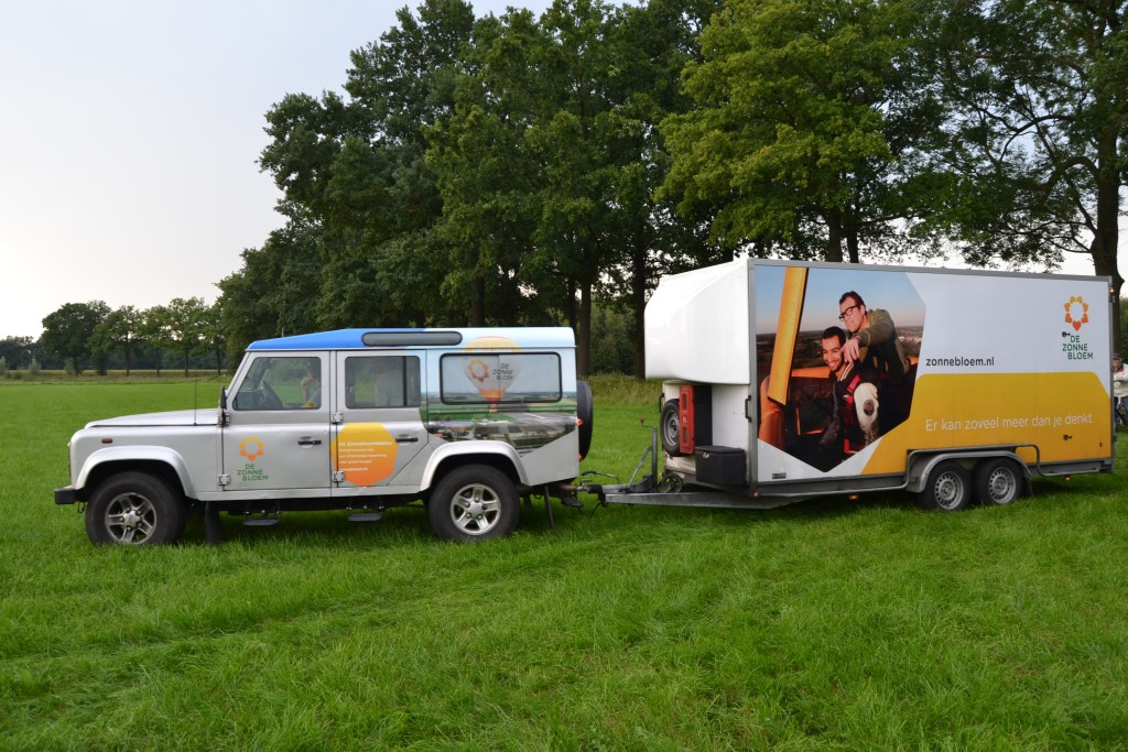 De jeep met aanhanger arriveert in Barlo. Foto: Karin Stronks  © Achterhoek Nieuws b.v.