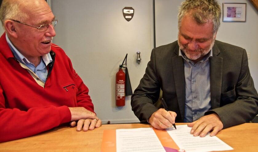 Lammert Blikman, voorzitter van Ideaal en projectleider Eugene Leenders van Omroep Gelderland ondertekenen de samenwerkingsovereenkomst. Foto: PR