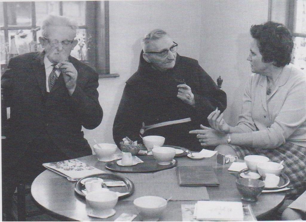 Frans Roes, pater M. Reinders en Riek Beskers, toen de Dialectkring nog 'Schrieverskring' was. Foto: PR  © Achterhoek Nieuws b.v.