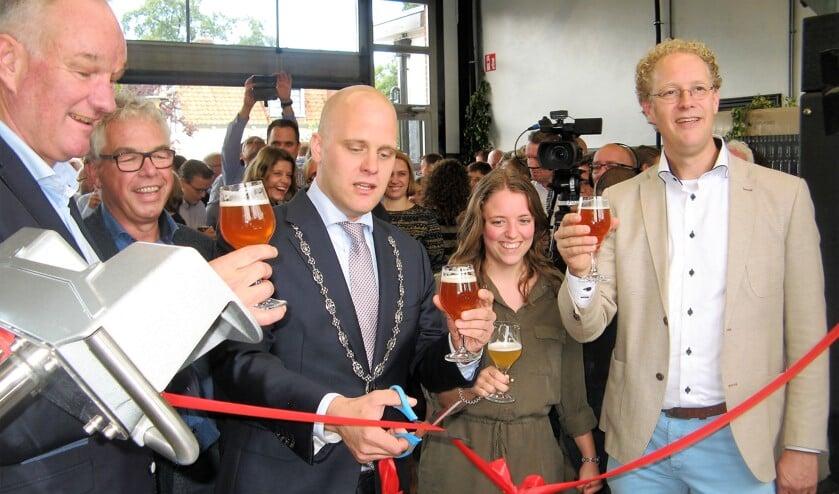 Burgemeester Bengevoord knipt het lint door. Naast hem Bart Looman, Onno Raspe (links), Liset Nusselder en Michiel van der Vaart (rechts). Foto: Bart Kraan