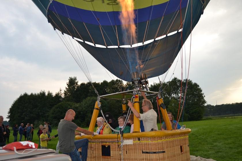 De dames zijn klaar voor de ballonvaart. Foto: Karin Stronks