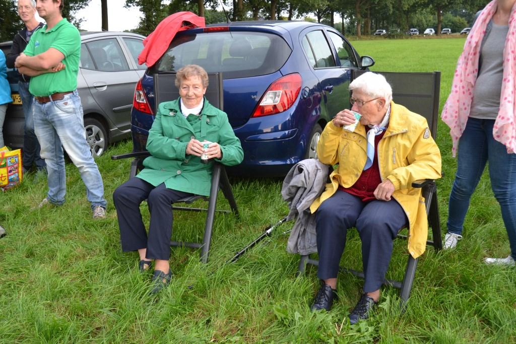 Even koffie voor vertrek met de Zonnebloemvaart. Foto: Karin Stronks  © Achterhoek Nieuws b.v.