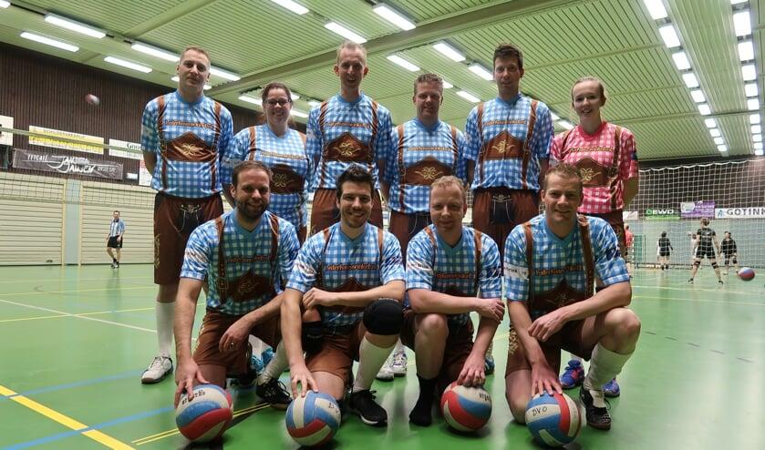 Als Oktoberfest-liefhebber en eigenaar van de webshop lederhosenwinkel.nl heeft Pim Michels (vooraan, tweede van links) zijn volleybalteam in het nieuw gestoken. Foto: Luuk Stam