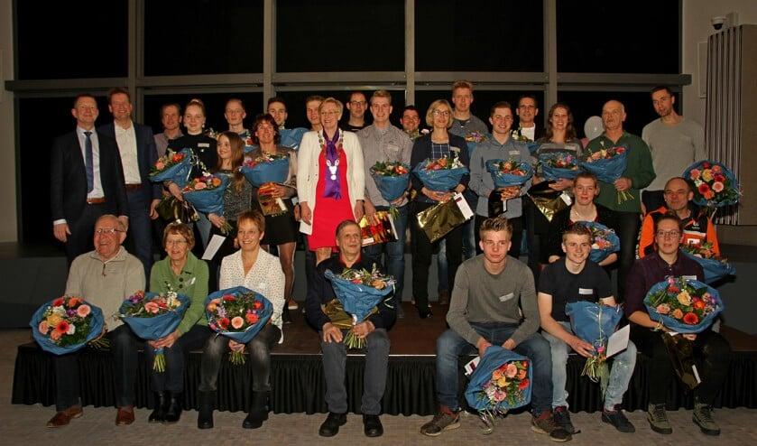 Bijna alle kampioenen van Bronckhorst en de genomineerde vrijwilligers op het podium met burgemeester Besselink en wethouders Engels en Peppelman. Foto: Achterhoekfoto.nl/Liesbeth Spaansen
