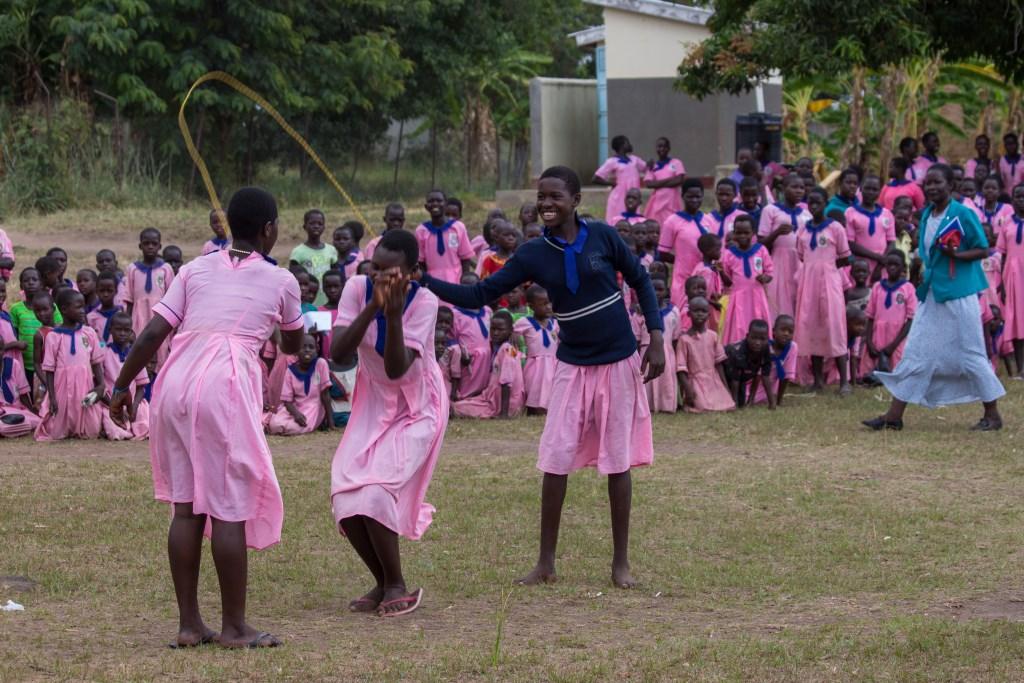 Sportmaterialen worden uitgeprobeerd op de Lwala Meisjesschool. Foto: eigen foto  © Achterhoek Nieuws b.v.