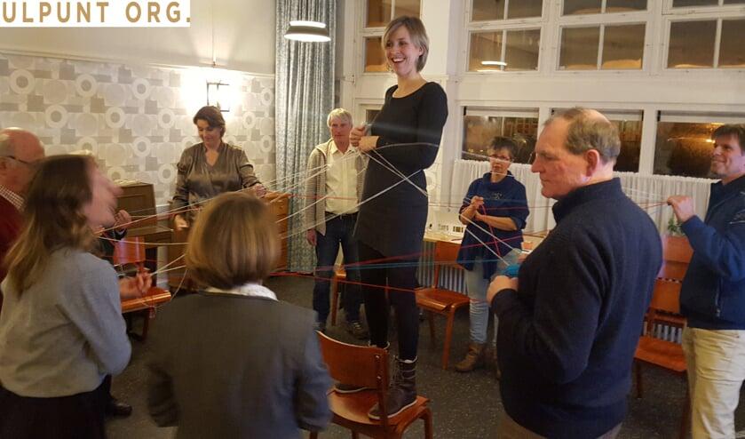 De deelnemers aan de inspiratiesessie onderzochten hoe ze letterlijk verbindingen konden leggen tussen de teamleden. Foto: pr