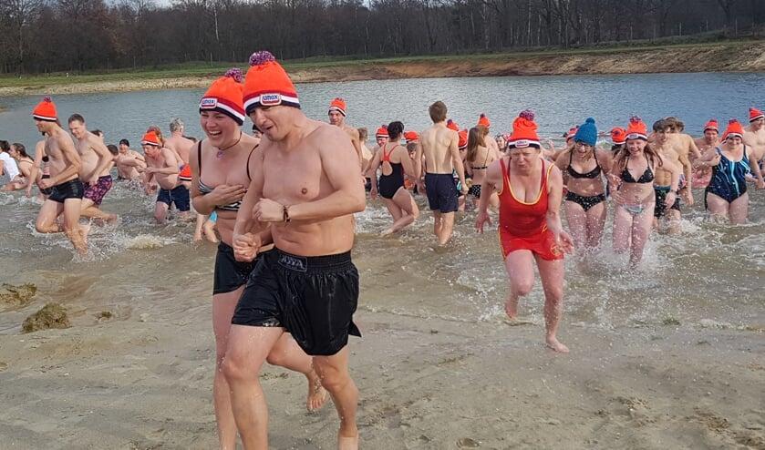 Ruim honderd deelnemers bij de Nieuwjaarsduik in Lievelde. foto: Kyra Broshuis