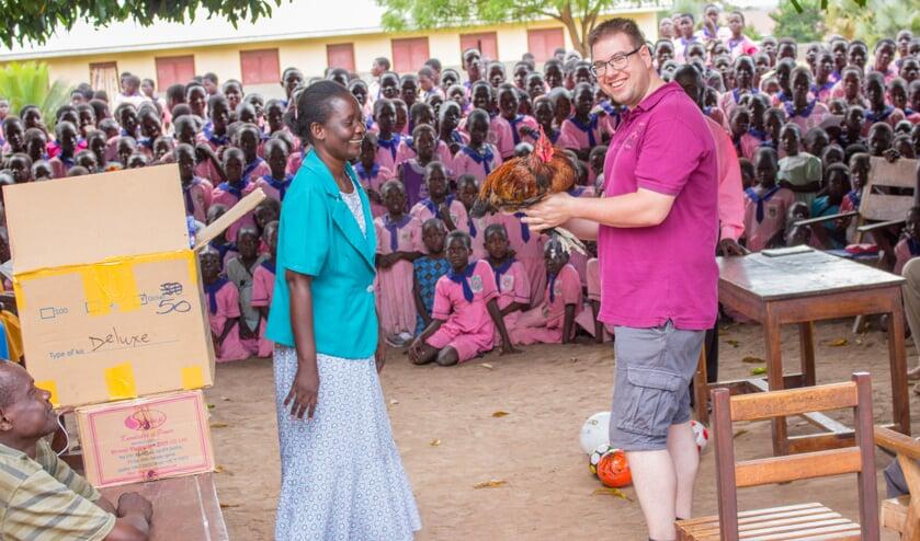 Een kip als bedankje voor de geschonken schoolmaterialen en het maandverband voor alle meiden op de Lwala Meisjesschool. Foto: Eigen foto