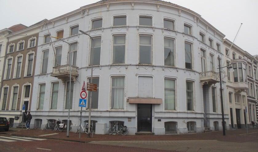 Het voormalige bankgebouw op de hoek IJsselkade/Marspoortstraat, waar de 'bankier van het Verzet' negen jaar lang werkzaam was. Links van het pand woonde hij. Foto: Eric Klop