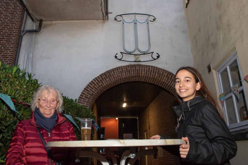Harmke Schalkwijk en Marie-Nour Hartman mochten het logo onthullen van het Wöhrmannhofje. Foto: Willem Feith  © Achterhoek Nieuws b.v.