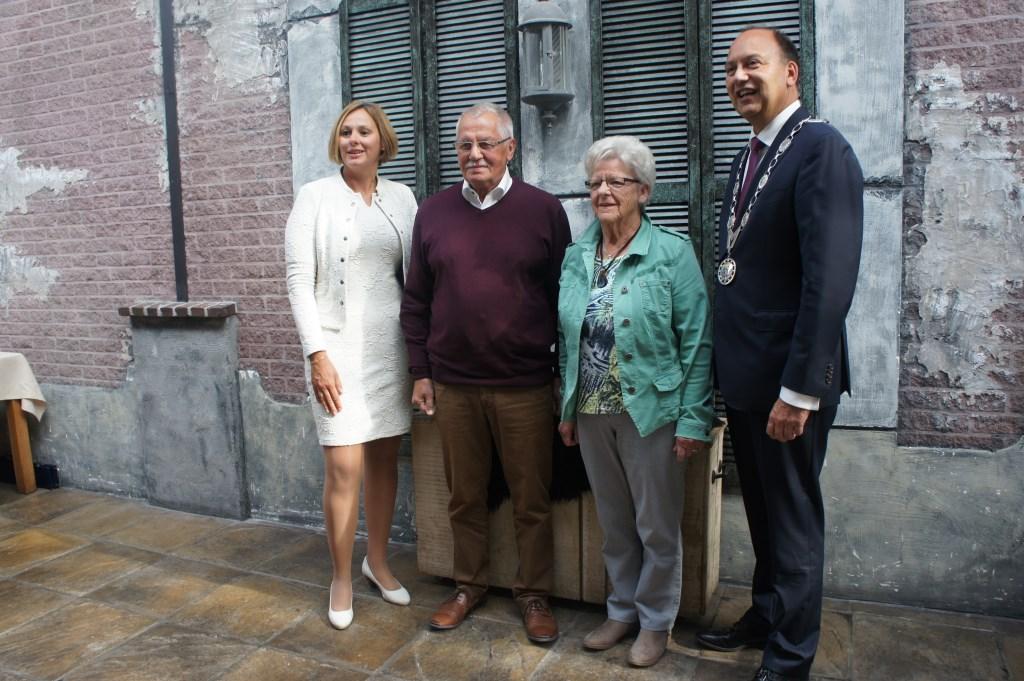 Op de foto met de burgemeester en zijn echtgenote. Foto: Susan wiendels  © Achterhoek Nieuws b.v.