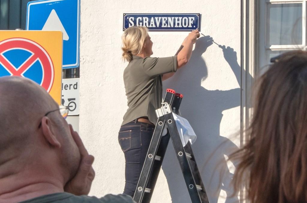 Wethouder Annelies de Jonge hangt een straatnaambord op. Foto: Willem Feith  © Achterhoek Nieuws b.v.
