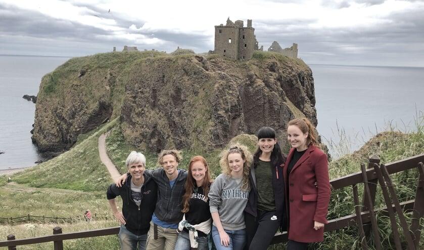 De crew van de muziekvideo in Schotland met tweede van rechts Marieta. Foto: JaJa Filmproductions