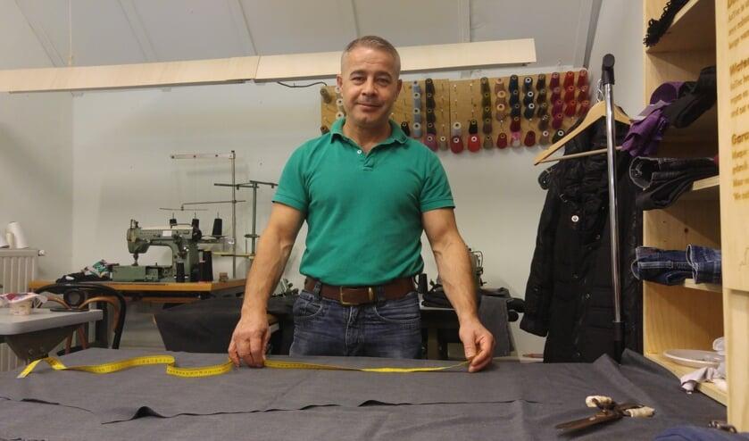 Kleermaker Kamieran Baker in zijn atelier bij Van Sinckel. Foto: PR