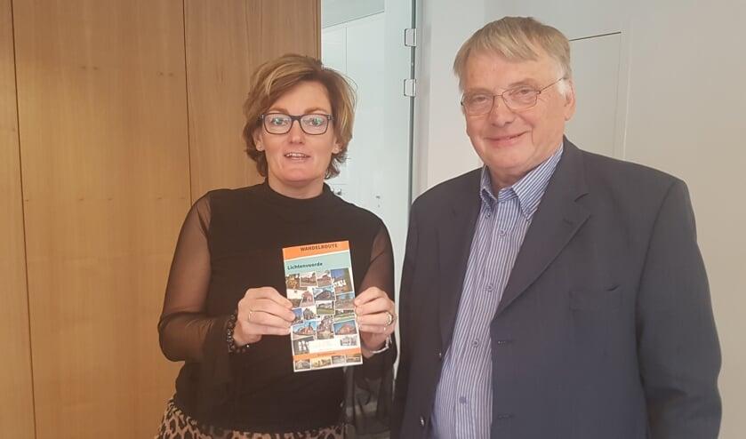 Wethouder Marieke Frank heeft het eerste exemplaar ontvangen van Frits van Lochem. Foto: Kyra Broshuis