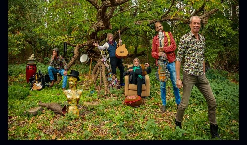 De band Moonyard. Stef Woestenenk staat tweede van rechs (met rode jas). Foto PR