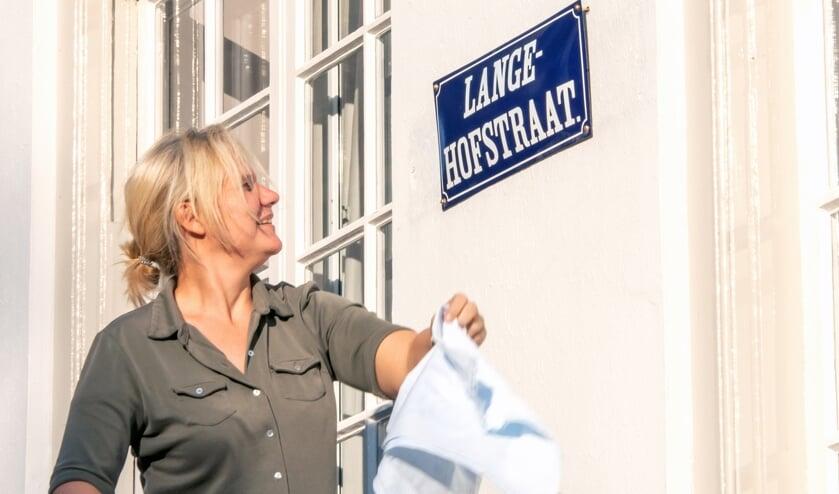 Wethouder Annelies de Jonge hangt het eerste straatnaambord op. Foto: Willem Feith