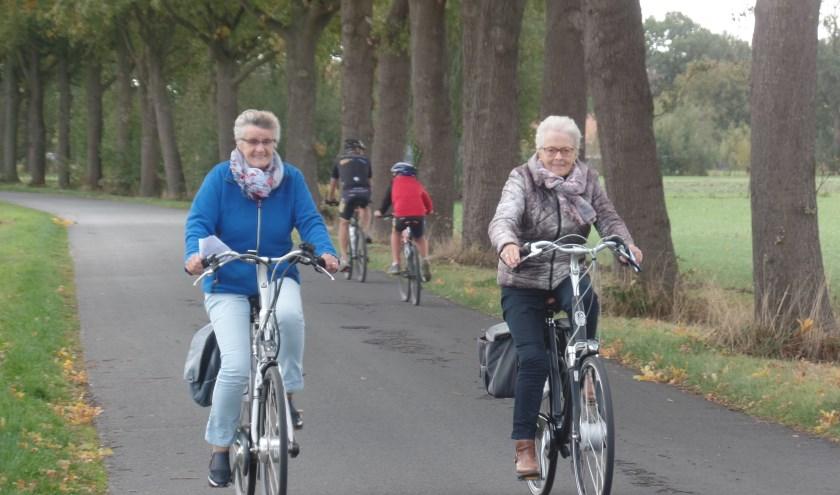 Hannie ter Maat (l) en Jo van Wessel  kozen voor de route van 27 kilometer. Foto: Jan Hendriksen.