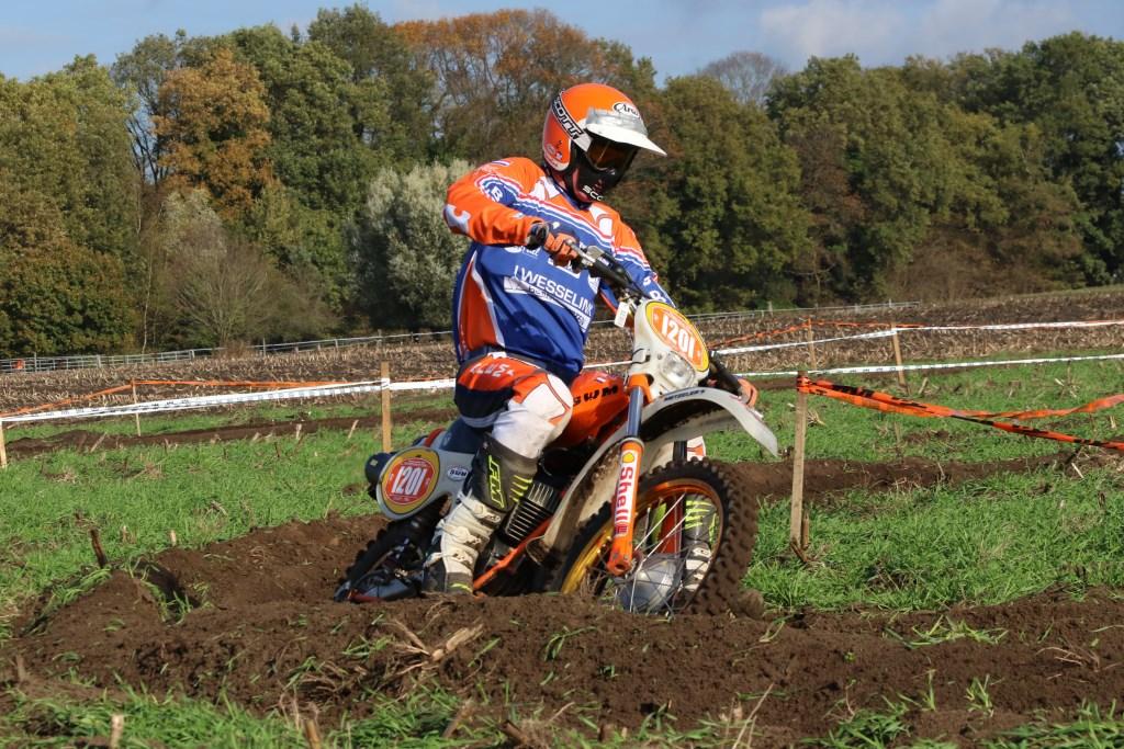 Lubert Lenselink met de oldtimer SWM in actie. Foto: Henk Teerink  © Achterhoek Nieuws b.v.