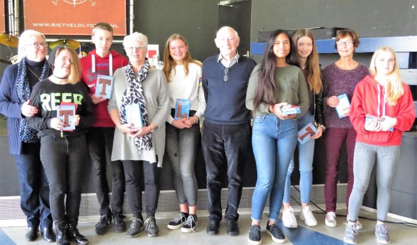 De prijswinnaars met hun opa of oma  (vlnr): oma Janna, Tessa, Tim, oma Ineke, Lotte, opa Karel, Farah, Zoï, oma Coby en Tanja. Foto: Josée Gruwel