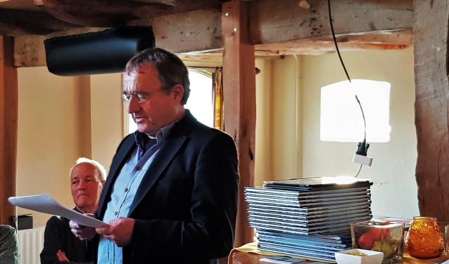 Frans Helmich naast een stapel boeken van zijn hand tijdens zijn presentatie. Op de achtergrond uitgever George Diepenmaat. Foto: Alice Rouwhorst  © Achterhoek Nieuws b.v.