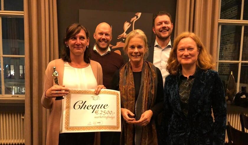 Melinda Stroeve (l) met de jury van de Zutphen Event Academy, v.l.n.r: Mark Schuitemaker, Annemieke Vermeulen, Martijn Droog, Lisette Lagerweij. Foto: PR