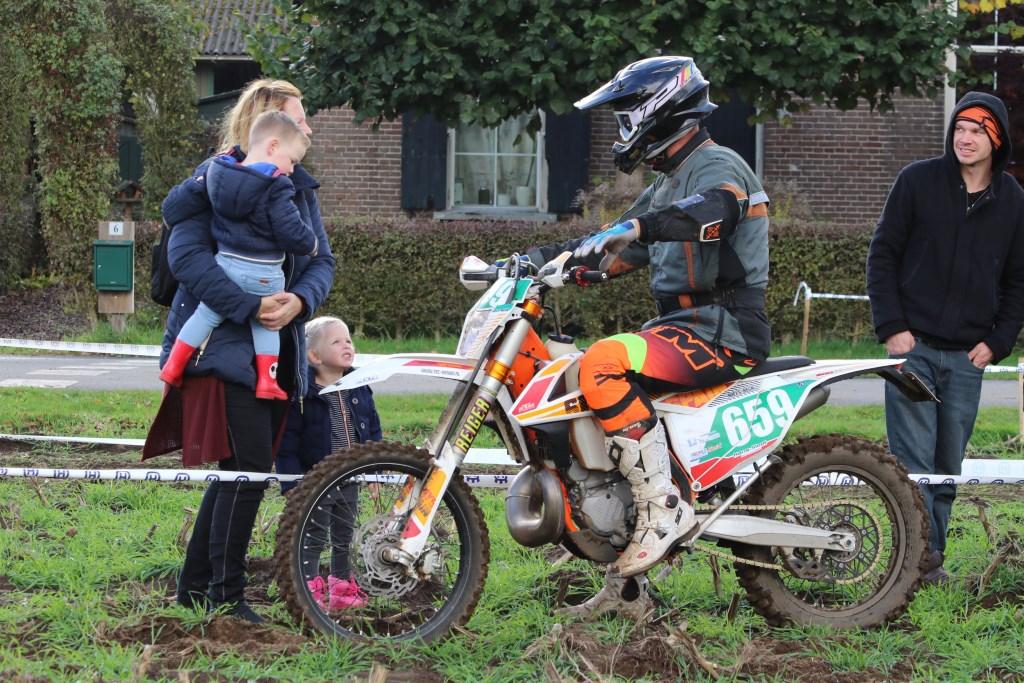 Niels Beck zijn grootste fans zijn aanwezig. Foto: Henk Teerink  © Achterhoek Nieuws b.v.