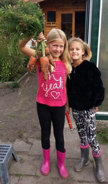 De jeugdtuin in Eibergen schafte materialen en gereedschappen en materialen aan met geld uit burgerinitiatief, dat nu wordt omgezet naar een Naoberfonds. Foto: Rob Weeber