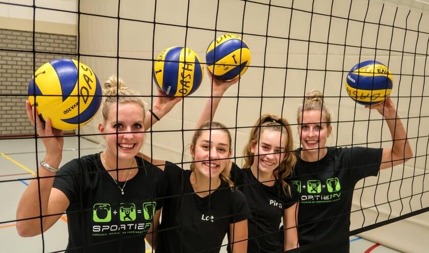 De dames van volleybalvereniging Dash maken veel gebruik van sporthal 't Jebbink. Hoewel de hal verouderd is, krijgt Vorden voorlopig geen nieuwe sporthal. Foto: Luuk Stam