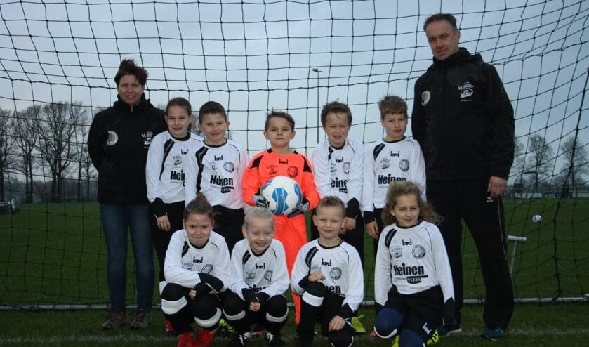De spelers van JO9 kregen het tenue van sponsor Heinen Vlees. Foto: PR
