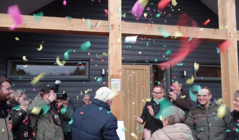 Piet en Riek Vliem openden samen met wethouder Willem Buunk op feestelijke wijze de twee nieuwe vakantiewoningen. Foto: Jan Hendriksen